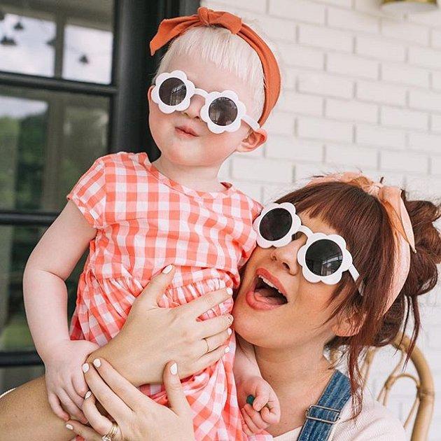 Jeremy a Elsie si adoptovali čínskou holčičku trpící albinismem. Být jiná dnes už není hendikep.