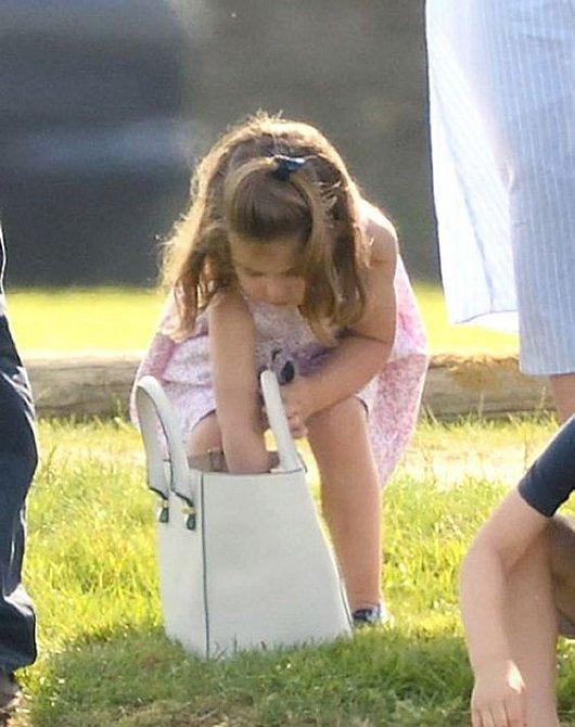 Už aby byla velká a měla hezkou kabelku jako máma.