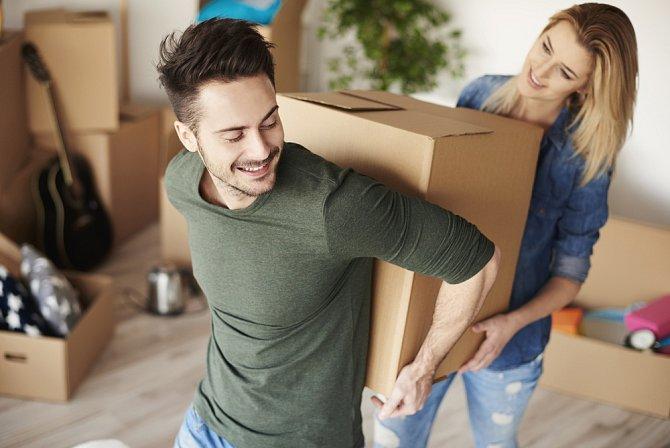Některým párům zlomí společné bydlení vaz.
