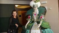 Dana Morávková obdivuje kostým určený pro muzikál Popelka na ledě, ve kterém bude sama účinkovat