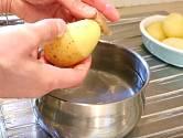 Postupně tak běhěm chvilky oloupete všechny uvařené brambory.