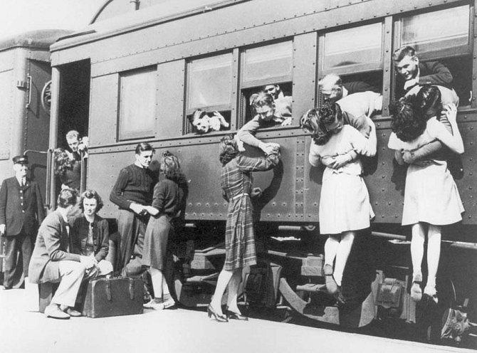 9. Rozloučení na vlakovém nádraží před odjezdem do 2. světové války