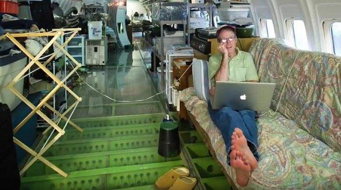 Bruce je nejvíc pyšný na podlahu, která je průhledná a ponechává tak možnost nahlédnout do vnitřku letadla.