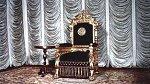 Chryzantémový trůn, které se Akihito dobrovolně vzdává kvůli chátrajícímu zdraví