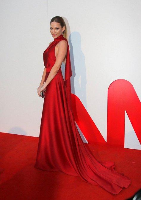 Andrea Verešová do Varů vyráží pravidelně, ostatně nemá to z Plzně daleko, a vždy je vybavena množstvím úžasných modelů. Tento není výjimkou. Splývavé šaty jí skvěle padnou.