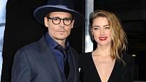 Po 15 měsících manželství s Johnny Deppem podává krásná Amber Heard žádost o rozvod.