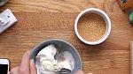 V jiné mističce si dobře promíchejte krémový smetanový sýr (třeba Lučinu, nebo Buko) s cukrem a vanilkovým extraktem. Vzniklou směs nalijte na sušenkový základ a uhlaďte ji.