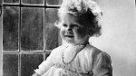 Královnin strýc Eduard VIII. se zamiloval a zamíchal kartami. Bezstarostnému dětství byl tak konec.