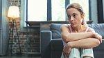 Žena v menopauze přemítá o životě. Je dobré mít podporu okolí, nahmatat lásku, rodinu, přátele.