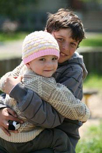 Děti milují areál vesničky, volnost i to, že mohou běhat bosé, malovat na chodník nebo jíst volně rostoucí ovoce.