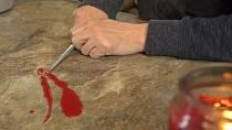 Až se vám vylije vosk ze svíčky, nesnažte se jej složitě seškrabávat.