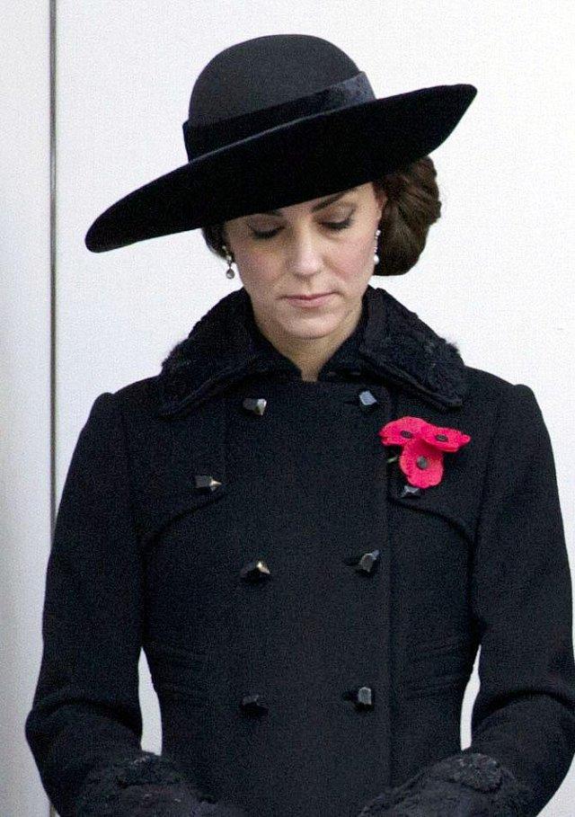 Při příležitosti Remembrance Sunday konané v Cenotaph v Londýně se Kate objevila ve svém nejhorším modelu roku 2016.