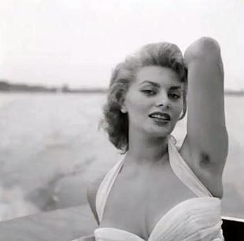 Sophia Loren v době, kdy neholené podpaždí ještě nikoho nepohoršovalo.