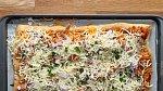 Rozprostřete na sýr kuře s omáčkou a hojně posypejte mozzarellou a nasekanou petrželkou. Dejte péci opět při 200 °C cca 10 minut.