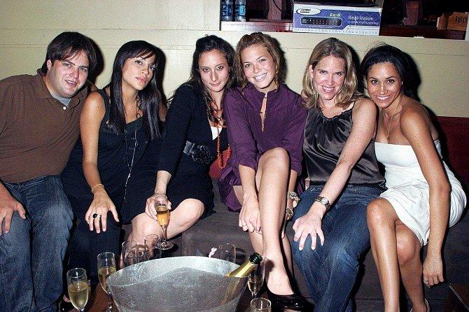 Meghan se svými hereckými kolegyněmi.