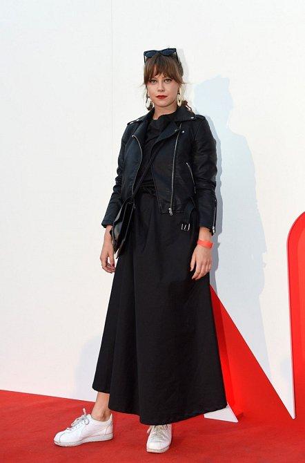 Jenovéfa Boková k šatům s širokou sukní nazula bílé trendy tenisky a oblékla koženou bundičku, která je módním hitem už několik sezón.