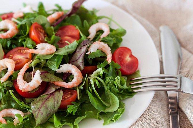 Zeleninový salát s krevetami.