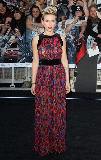 Další premiéra Avengers tentokrát v Londýně, dlouhé barevné šaty s páskem Scarlett vyloženě lichotí.