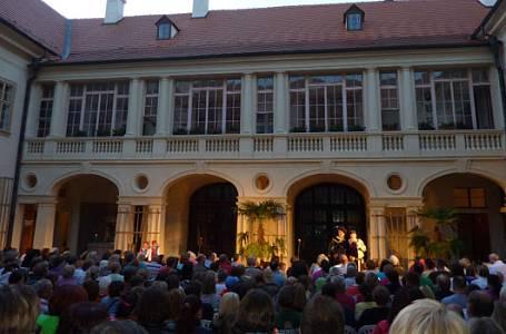 Slavný muzikál na nádvoří zámku v Mníšku pod Brdy