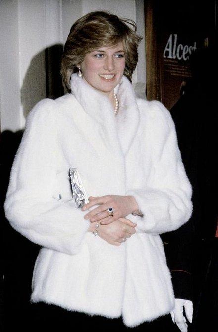 Princezna Diana kožešinám občas také neodolala.