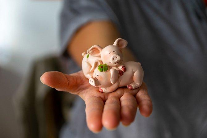 V Rakousku se rozdávají drobné figurky prasátek.