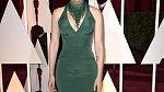 Předávání Oscarů, kdy dostala nečekaně pusu od Johna Travolty, měla dluhou zelenou róbu.
