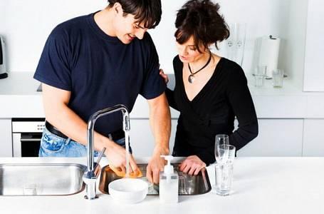 Chcete, aby váš manžel byl šťastnější? Nechte ho umývat nádobí!