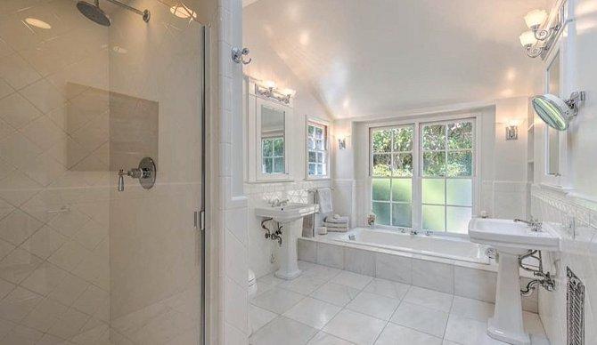 Soukromá koupelna Leonarda. Ve vaně si rád čte.