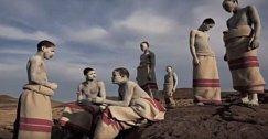 Chlapcům z toho kmene je hromadně provedena obřízka. Zpět ke kmeni se mohou vrátit až po úplném uzdravení.