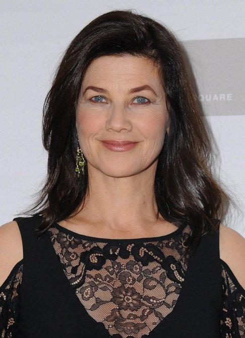 Daphne Zuniga hrála v seriálu od roku 1992 velmi schopnou fotografku na volné noze Jo Reynolds. Zůstala celkem čtyři sezóny až do roku 1996.