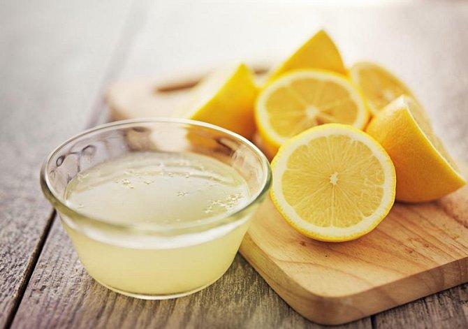 Ilustrační foto - citrony a šťáva z nich