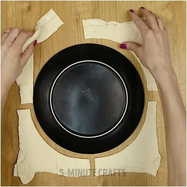 Položte na ně velký talíř, podle jeho tvaru vyřízněte dvě velká kola a odstraňte přebytečné zbytky těsta.