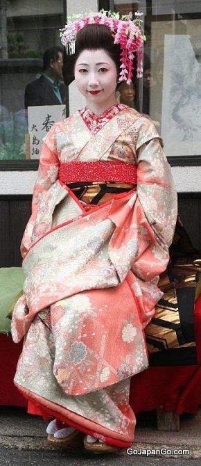 Gejša v tradičním kimonu. To mělo několik vrstev.