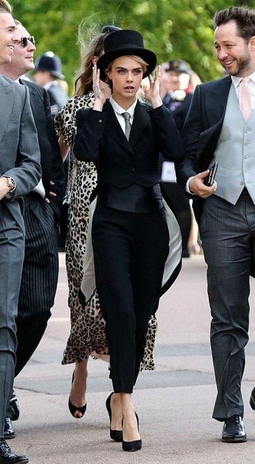 Modelka Cara Delevingne zvolila na svatbu pánský styl s vysokými podpatky a doplnila ho cylindrem. Poutala rozhodně pozornost.