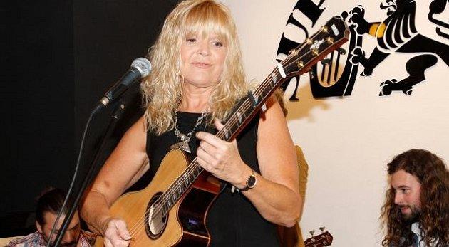 Kytaristka Věra Martinová.