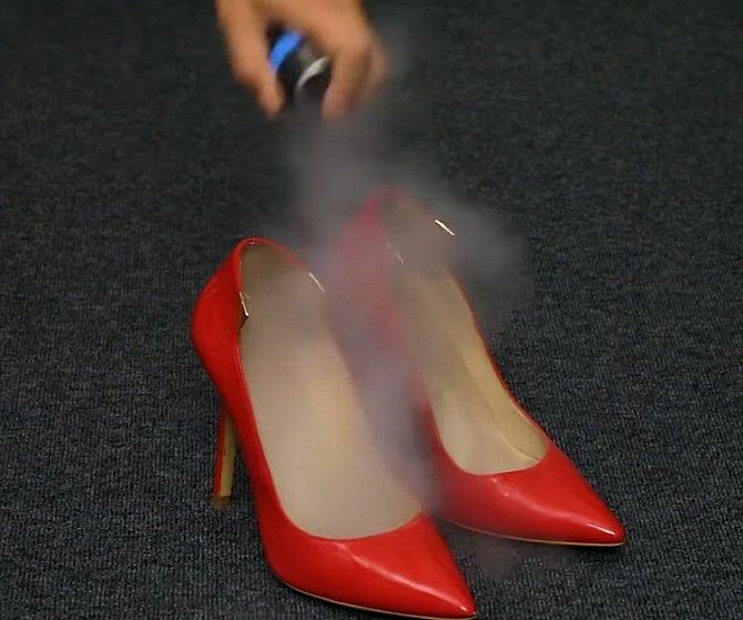 Aby vaše boty příjemně voněly a cítila jste se v nich svěží, stříkněte do nich suchý šampon.