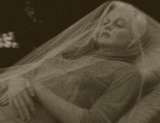Na pohřbu nevznikla jediná fotografie Marilyn v rakvi. Všichni přítomní zachovali v úctě její památku. Většina fotografií Marylin v rakvi zobrazují sochu od italského umělce Paola Schmidlina.
