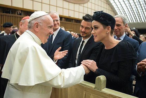 Minulý rok se páru dostalo požehnání od papeže.