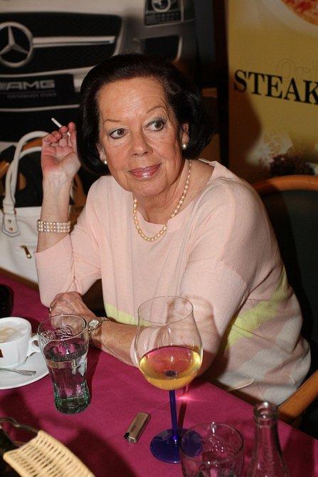 Yvonne Přenosilová je silná kuřačka.