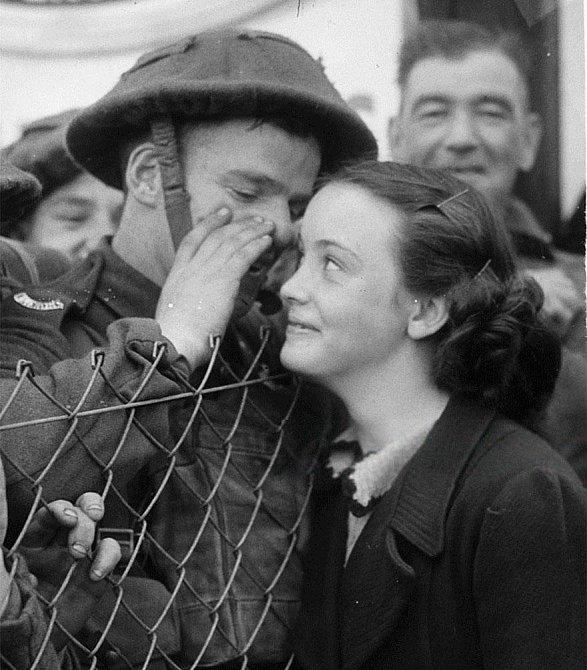 17. Britský voják šeptá své vyznání do ucha své milované. Před odjezdem na frontu, 1939