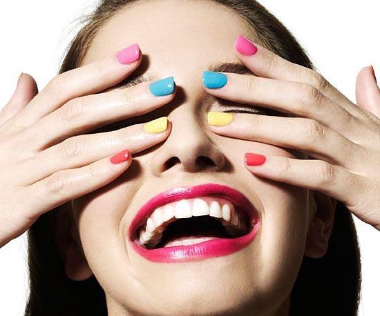 Nový trend v úpravě nehtů dává hodně prostoru fantazii. Kombinujte ale jen barvy, které k sobě ladí a vyhněte se kontrastům.