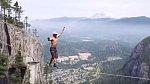 Jeho koníčkem je výškové lezení bez jištění...