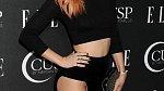 Rumer Willis si na akci Elle v Los Angeles v dubnu 2014 naštěstí spodní prádlo (růžové) nezapomněla.