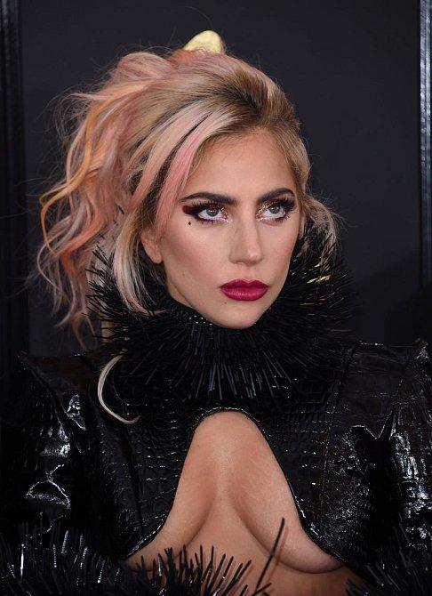 Účesy celebrit na udílení cen Grammy 2017 - Lady Gaga