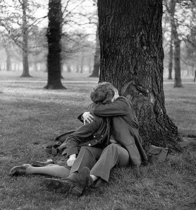 13. Britská dobrovolnice z pomocných sborů se svým milovaným při posledním vášnivém polibku před odjezdem, 1945