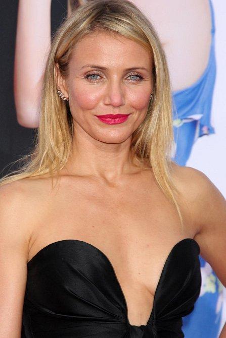 V roce 1992 pózovala začínající herečka Cameron Diaz na fotografiích, které by se daly označit za soft porno.