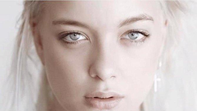 Ačkoliv se ženy snaží být bronzové od hlavy k patě, tak by měly vědět, že mužům se nejvíce líbí bledší typy. Souvisí to s jejich pocitem, že taková žena je čistá, vznešená, skromná a dobrotivá. Tmavší typy jsou podle mužů totiž více promiskuitní.