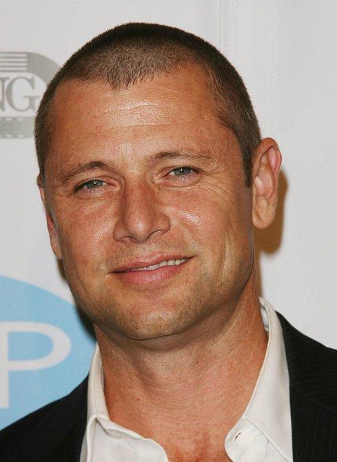 Grant Show se coby Jack Hanson nejprve objevil v roce 1992 ve dvou epizodách seriálu Beverly Hills 90210 a později se ve stejné roli představil i v Melrose Place, kde měl ale více prostoru a stálým členem hereckého štábu se stal na pět le...