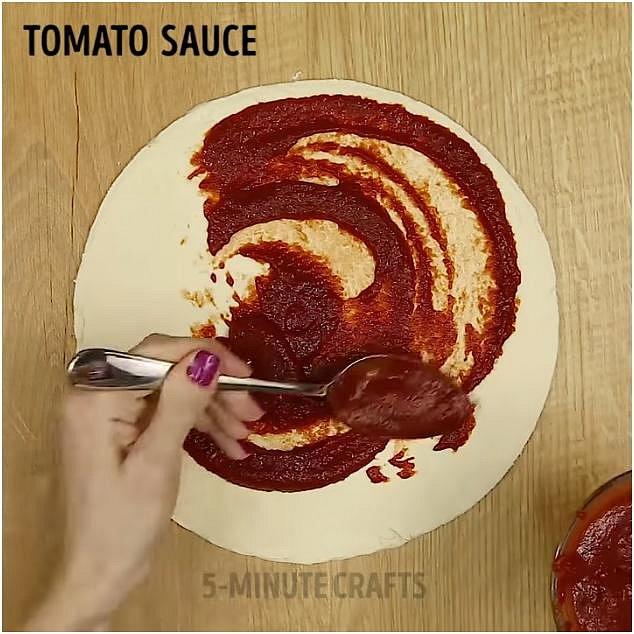 Poté doporučujeme placky přenést na plech, na němž budete finální dobrotu péci. Jedno ze vzniklých kol položte vedle. Na to, co zůstalo, namažte rajčatovou passatu.