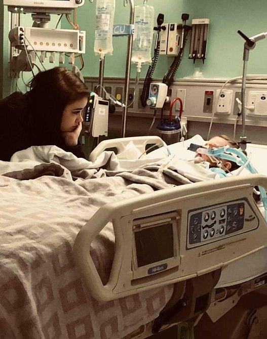 Ally Parker sedí u lůžka své dcery celé dny i noci.